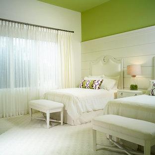 Foto di una camera degli ospiti tropicale con pareti verdi e moquette