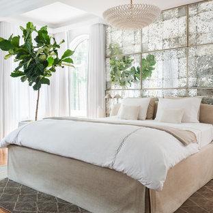 Modelo de dormitorio principal, clásico renovado, grande, con paredes blancas, suelo de madera clara, chimenea tradicional y marco de chimenea de baldosas y/o azulejos