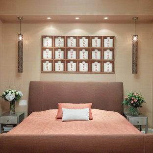 На фото: маленькая гостевая спальня в восточном стиле с бежевыми стенами и светлым паркетным полом без камина с