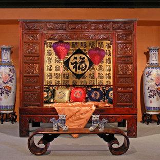 Idées déco pour une grande chambre asiatique avec un mur orange et aucune cheminée.