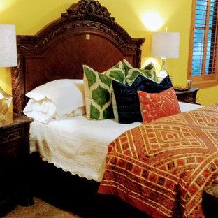 Foto de dormitorio principal, ecléctico, grande, con paredes amarillas, moqueta, chimenea de esquina, marco de chimenea de baldosas y/o azulejos y suelo beige