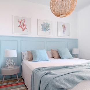 Ispirazione per una piccola camera matrimoniale mediterranea con pareti bianche, pavimento con piastrelle in ceramica e pavimento beige