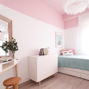 Esempio di una camera da letto mediterranea di medie dimensioni con pareti rosa, pavimento con piastrelle in ceramica e pavimento beige