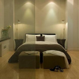 Modern inredning av ett sovrum, med ljust trägolv
