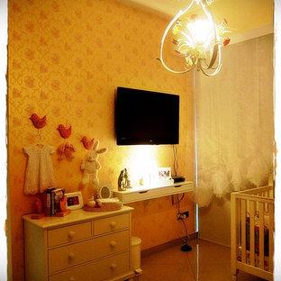 Diseño de dormitorio romántico, de tamaño medio, con paredes beige y suelo de baldosas de cerámica