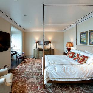 Пример оригинального дизайна: большая хозяйская спальня в стиле современная классика с бежевыми стенами и темным паркетным полом