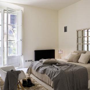 На фото: со средним бюджетом хозяйские спальни среднего размера в современном стиле с бежевыми стенами без камина