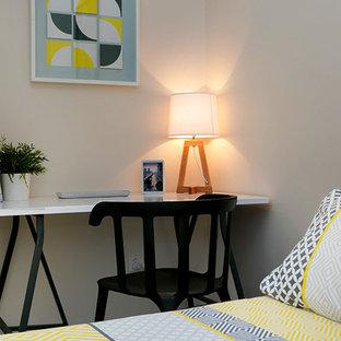 Modelo de dormitorio tipo loft, minimalista, de tamaño medio, con paredes grises y moqueta