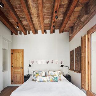 Ejemplo de dormitorio principal, ecléctico, con paredes blancas y suelo de madera en tonos medios