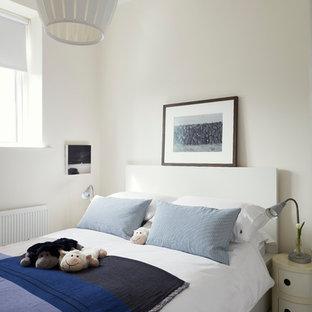 Foto di una piccola camera matrimoniale nordica con pareti bianche, pavimento in vinile e pavimento bianco