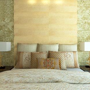 Modelo de dormitorio principal, moderno, pequeño, con paredes beige y suelo de mármol