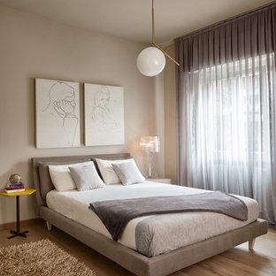 他の地域のコンテンポラリースタイルのおしゃれな客用寝室 (ベージュの壁、無垢フローリング、茶色い床) のインテリア