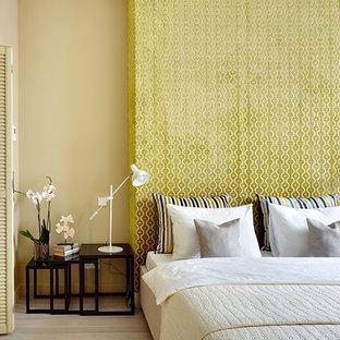 Foto di una camera matrimoniale minimal con pareti beige, parquet chiaro e pavimento beige