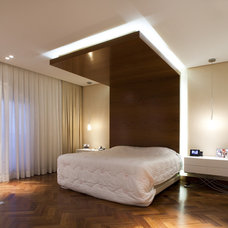 Contemporary Bedroom by Eduardo Raimondi . Fotografia de Arquitetura