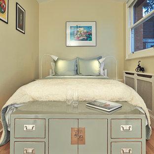 На фото: маленькая гостевая спальня в стиле современная классика с бежевыми стенами и паркетным полом среднего тона с