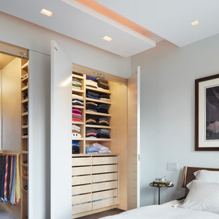 Diseño de dormitorio principal, actual, de tamaño medio, sin chimenea, con paredes blancas, moqueta y suelo gris