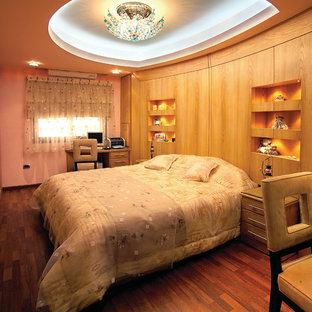 Imagen de habitación de invitados contemporánea, de tamaño medio, sin chimenea, con paredes marrones, suelo de madera oscura y suelo marrón