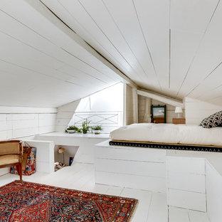 Aménagement d'une chambre contemporaine de taille moyenne avec un mur blanc, un sol en bois peint, aucune cheminée et un sol blanc.