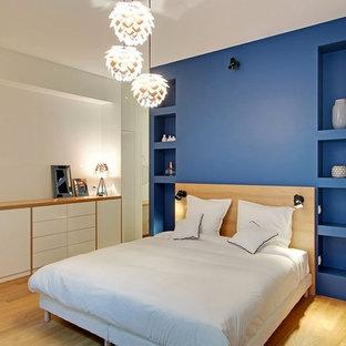 Idées déco pour une grand chambre parentale contemporaine avec un mur bleu, un sol en bois brun et aucune cheminée.