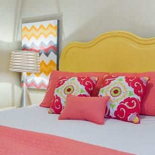 Foto de dormitorio tradicional renovado, pequeño, con paredes grises y moqueta