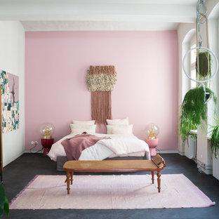 Esempio di una camera da letto scandinava con pareti rosa e pavimento nero