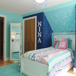 Idee per una piccola camera degli ospiti design con pareti blu e parquet chiaro