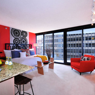 Cette image montre une chambre design avec un mur rouge.