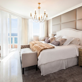 Modelo de dormitorio principal, tradicional renovado, de tamaño medio, sin chimenea, con paredes beige, suelo de mármol y suelo blanco
