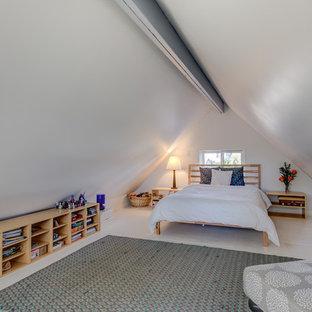 Esempio di una camera degli ospiti tradizionale di medie dimensioni con pareti grigie, pavimento in legno verniciato, nessun camino e pavimento bianco