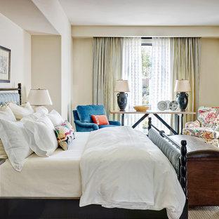 フェニックスの中サイズの地中海スタイルのおしゃれな寝室 (白い壁、濃色無垢フローリング、暖炉なし) のレイアウト