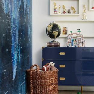 Imagen de habitación de invitados clásica renovada, de tamaño medio, con paredes blancas y suelo de madera en tonos medios