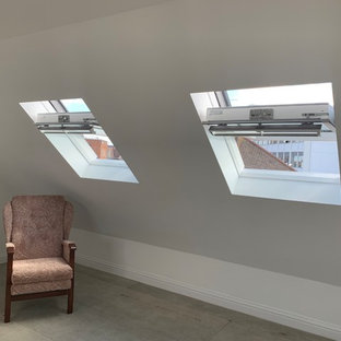 Idéer för ett mellanstort shabby chic-inspirerat gästrum, med vita väggar, plywoodgolv och grönt golv