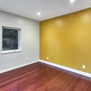 Ejemplo de dormitorio principal, actual, grande, sin chimenea, con paredes multicolor, suelo de madera oscura y suelo marrón