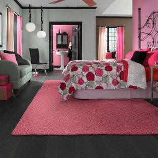 Foto de dormitorio actual con paredes grises y suelo de madera oscura