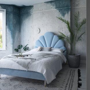 Eklektisk inredning av ett stort huvudsovrum, med flerfärgade väggar, målat trägolv och vitt golv