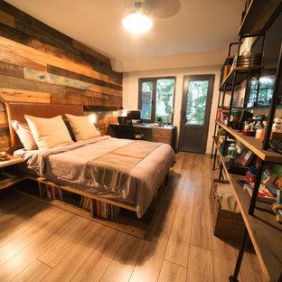 他の地域の中くらいのインダストリアルスタイルのおしゃれな主寝室 (白い壁、淡色無垢フローリング)