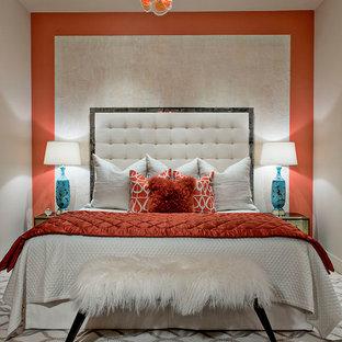 Идея дизайна: хозяйская спальня в современном стиле с оранжевыми стенами