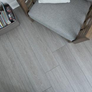 Ejemplo de habitación de invitados costera, de tamaño medio, con suelo vinílico y suelo gris