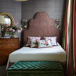 Modelo de habitación de invitados tradicional, de tamaño medio, con paredes púrpuras y moqueta