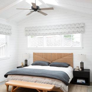 Idéer för maritima sovrum, med vita väggar, mellanmörkt trägolv och brunt golv