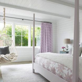 Immagine di una camera da letto stile marinaro con pareti bianche, pavimento in legno massello medio, pavimento marrone, travi a vista, soffitto in perlinato e pareti in perlinato