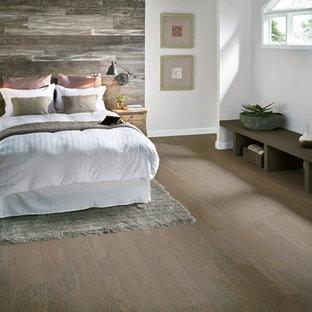 Imagen de dormitorio rural con suelo vinílico y paredes blancas