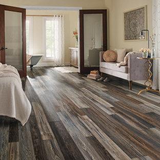 他の地域の大きいコンテンポラリースタイルのおしゃれな主寝室 (ベージュの壁、クッションフロア、暖炉なし、茶色い床) のインテリア