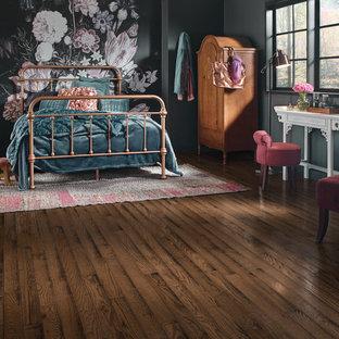 Cette photo montre une grande chambre parentale victorienne avec un mur gris, un sol en bois brun, aucune cheminée et un sol marron.