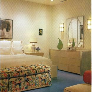 Foto de dormitorio principal, moderno, extra grande, con paredes beige, moqueta y suelo violeta