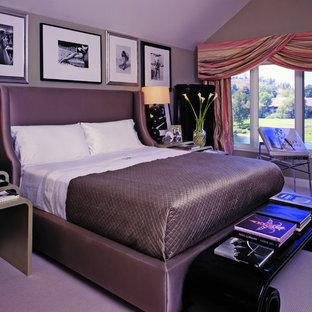 ロサンゼルスのコンテンポラリースタイルのおしゃれな寝室 (グレーの壁、カーペット敷き、紫の床) のインテリア