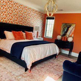 Modelo de habitación de invitados papel pintado, minimalista, grande, con paredes rosas, suelo de madera clara, suelo multicolor y papel pintado