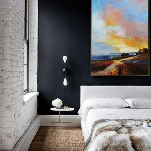 Modelo de dormitorio principal, minimalista, de tamaño medio, con paredes negras y suelo de contrachapado