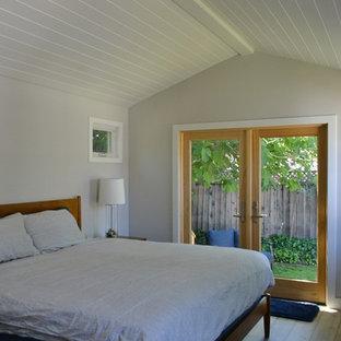 Foto di una grande camera da letto country con pareti bianche, pavimento in legno massello medio e pavimento marrone