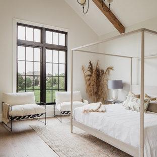 Пример оригинального дизайна: спальня в стиле кантри с белыми стенами, светлым паркетным полом, бежевым полом, балками на потолке и сводчатым потолком